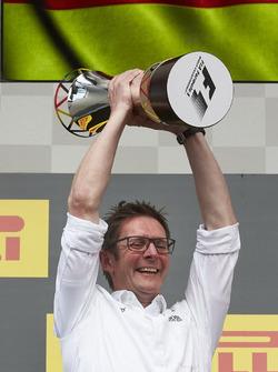 Podium : Andrew Shovlin, ingénieur de course en chef, Mercedes AMG F1, récupère le trophée des constructeurs