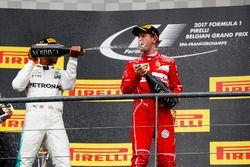 Подиум: победитель Льюис Хэмилтон, Mercedes AMG F1, второе место – Себастьян Феттель, Ferrari
