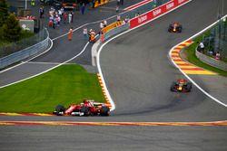 Kimi Raikkonen, Ferrari SF70H, Max Verstappen, Red Bull Racing RB13, Daniel Ricciardo, Red Bull Raci