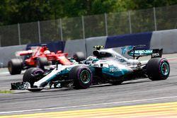 Valtteri Bottas, Mercedes AMG F1 W08 devant Sebastian Vettel, Ferrari SF70H