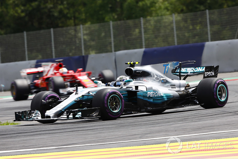 Valtteri Bottas, Mercedes AMG F1 W08 precede Sebastian Vettel, Ferrari SF70H