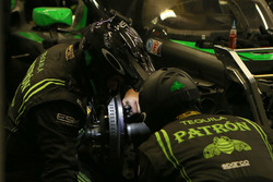 Mechanics working on the car #22 Tequila Patron ESM Nissan DPi: Ed Brown, Johannes van Overbeek, Bru