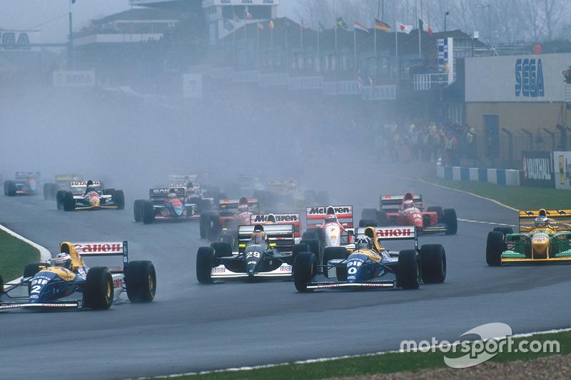In der 1. Kurve ist Senna nur 5., Karl Wendlinger ist nach gutem Start 3.
