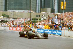 Ayrton Senna, Lotus 98T Renault, cruza la línea de Victoria
