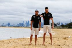 Sergio Pérez, Sahara Force India F1 y Esteban Ocon, Sahara Force India F1 Team en la playa de Bright