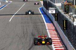 Max Verstappen, Red Bull Racing RB13, Felipe Massa, Williams FW40