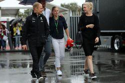 Valtteri Bottas, Mercedes AMG F1, mit Ehefrau Emilia Pikkarainen