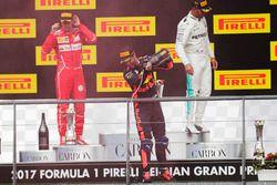 Подиум: победитель Льюис Хэмилтон, Mercedes AMG F1, второе место – Себастьян Феттель, Ferrari, треть