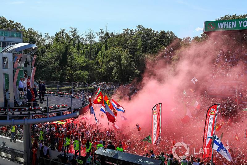 Más del calor de los tifosi ferraristas en la ceremonia de podio de Monza