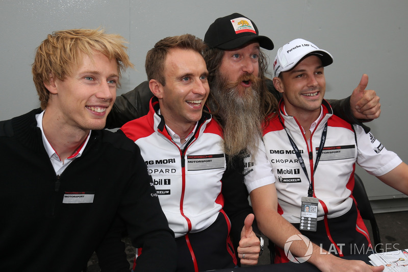 #2 Porsche Team Porsche 919 Hybrid: Timo Bernhard, Earl Bamber, Brendon Hartley con Magnus Walker