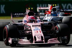 Esteban Ocon, Sahara Force India F1 VJM10, Lance Stroll, Williams FW40