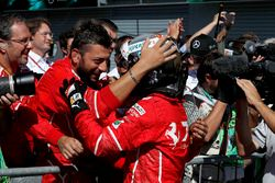 Sebastian Vettel, Ferrari, feiert im Parc Ferme mit dem Team