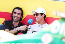 Lucas di Grassi, ABT Schaeffler Audi Sport, discute avec Dario Franchitti sur la grille