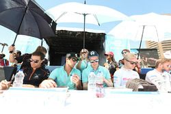 Jérôme d'Ambrosio, Dragon Racing, Nelson Piquet Jr., NEXTEV TCR Formula E Team, Oliver Turvey, NEXTEV TCR Formula E Team, et Felix Rosenqvist, Mahindra Racing, signent des autographes