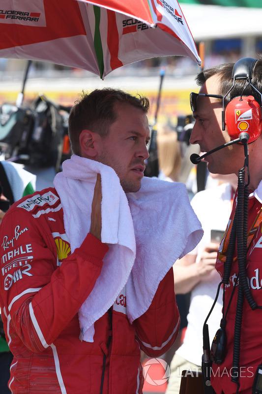 Гонщик Ferrari Себастьян Феттель и инженер команды Риккардо Адами
