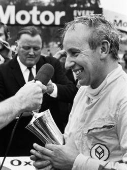 1. John Surtees, Surtees TS9, Cosworth, bekommt den Gold Cup