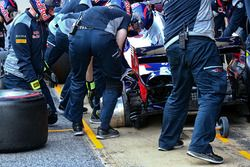 Carlos Sainz Jr., Scuderia Toro Rosso STR12 rear hub on the ground during a pit stop practice