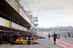 Formel-2-Autos fahren aus der Boxengasse
