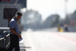 Un empleado de Pirelli en el trabajo en el pit lane