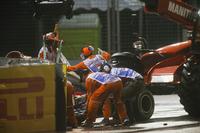 Marshals halen de wagen van Daniil Kvyat, Scuderia Toro Rosso STR12 weg