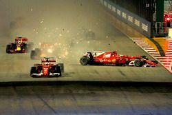 Старт гонки: лидирует Себастьян Феттель, Ferrari SF70H; на заднем плане столкновение Кими Райкконена