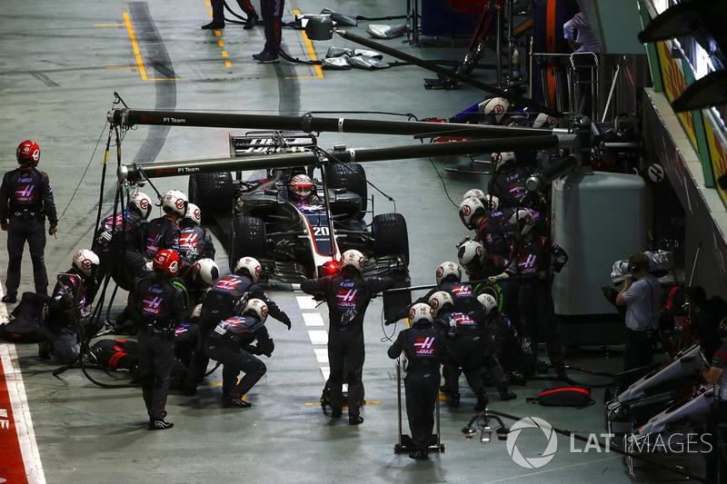 Kevin Magnussen, Haas F1 Team VF-17 ai box