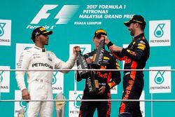 Podyum: 2. Lewis Hamilton, Mercedes AMG F1, yarış galibi Max Verstappen, Red Bull Racing ve 3. Danie