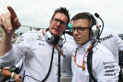 Инженеры Mercedes AMG F1 Энди Шовлин и Питер Боннингтон