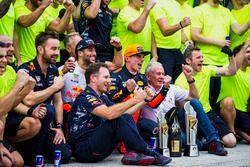 Le troisième, Daniel Ricciardo, Red Bull Racing, Helmut Marko, Consultant, Red Bull Racing, le vainqueur Max Verstappen, Red Bull Racing, Christian Horner, Team Principal, Red Bull Racing, fêtent la victoire avec l'équipe