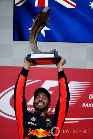 Daniel Ricciardo, Red Bull Racing, soulève le trophée de vainqueur