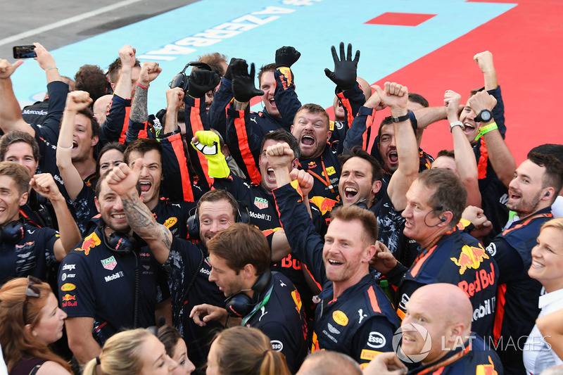 Red Bull Racing festeggia nel parco chiuso