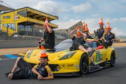 Des membres de Corvette Racing s'amusent avec des cônes
