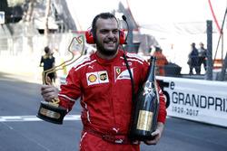 Un meccanico Ferrari festeggia con il trofeo