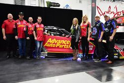 Courtney Force e famiglia con la Chevrolet Camaro Funny Car
