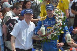 2016 ganador de Indianapolis 500 Alexander Rossi en el carril de la victoria en Indianapolis Motor S