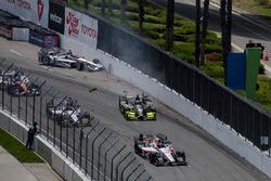 Will Power, Team Penske Chevrolet, et Charlie Kimball, Chip Ganassi Racing Honda, se crashent