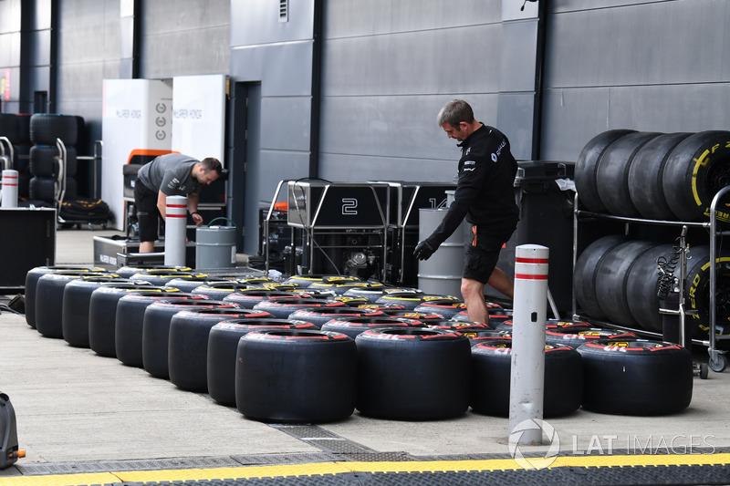 Renault Sport F1 Team mechanics and Pirelli tyres