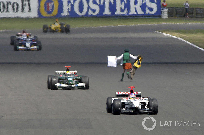Na vitória de Rubens Barrichello em 2003, o padre irlandês Cornelius Horan invadiu a pista. No ano seguinte, ele atrapalharia o maratonista brasileiro Vanderlei Cordeiro de Lima, em Atenas.