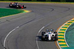 Felipe Massa, Williams FW40, devant Romain Grosjean, Haas F1 Team VF-17
