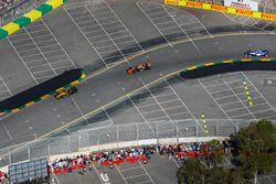 Jolyon Palmer, Renault Sport F1 Team RS17, voor Stoffel Vandoorne, McLaren MCL32, en Antonio Giovina