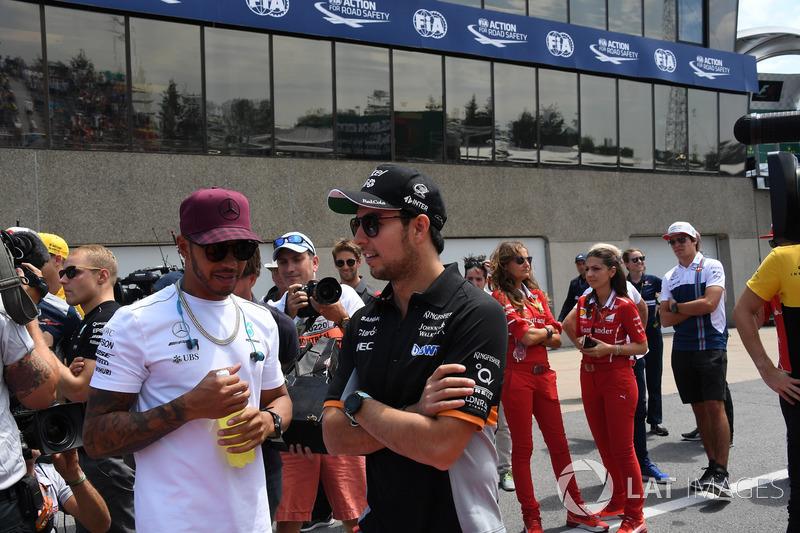 Льюис Хэмилтон, Mercedes AMG F1, и Серхио Перес, Sahara Force India