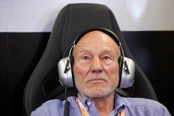 Sir Patrick Stewart in de Mercedes garage