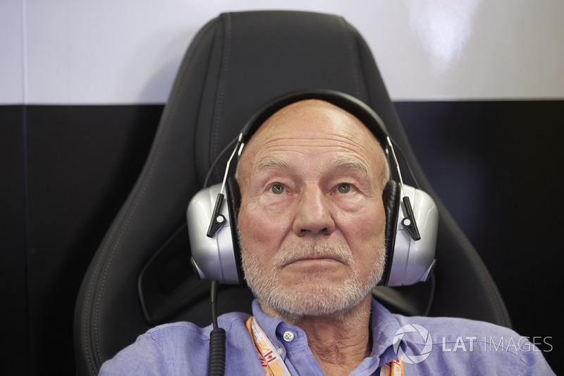 Сэр Патрик Стюарт в гараже команды Mercedes