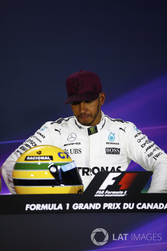 Lewis Hamilton mostra capacete de Senna no GP do Canadá de 2017