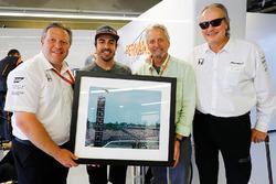 Zac Brown, Fernando Alonso, Michael Douglas y Mansour Ojeh