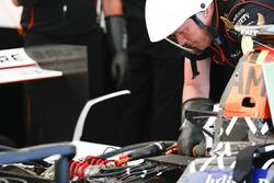 Un mecánico de Dragon Racing trabaja en el Spark-Penske 701-EV