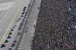Chase Elliott, Hendrick Motorsports Chevrolet and Dale Earnhardt Jr., Hendrick Motorsports Chevrolet start