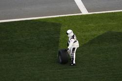 Un oficial de NASCAR tomar el neumático
