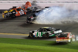Matt Tifft, Joe Gibbs Racing Toyota, y Brandon Hightower, Toyota, con un incidente en la parrilla