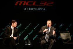 McLaren-Chef Zak Brown auf der Bühne